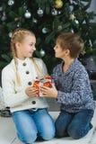 Glückliche Kinder, die Geschenke halten Seereisend-Abenteuerkonzept - rope am Sonnenuntergangpier Stockfoto