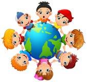 Glückliche Kinder, die an Hand um die Erde halten vektor abbildung