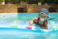 Glückliche Kinder, die im Pool spielen Stockbilder
