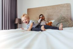 Glückliche Kinder, die im Schlafzimmer spielen stockbilder