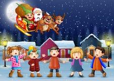 Glückliche Kinder, die im schneienden Dorf mit Sankt-Fliegen singen lizenzfreie abbildung