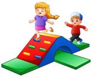 Glückliche Kinder, die im Spielplatz spielen lizenzfreie abbildung