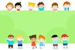 Glückliche Kinder, die leere Plakatschablone für advertisingbro halten Stockfoto