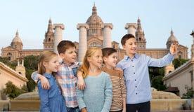 Glückliche Kinder, die selfie durch Smartphone sprechen Lizenzfreies Stockfoto