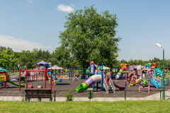 Glückliche Kinder, die Spaß auf Spielplatz haben Stockfotografie