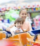 Glückliche Kinder, die Spaßreiten haben Lizenzfreie Stockfotos