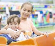 Glückliche Kinder, die Spaßreiten haben Lizenzfreie Stockbilder