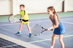 Glückliche Kinder, die Sportspiel auf Gericht spielen Lizenzfreies Stockfoto