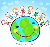Glückliche Kinder, die um die Erde spielen Stockbild