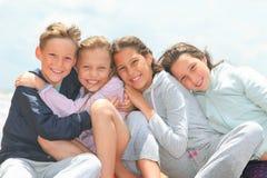 Glückliche Kinder draußen stockbilder