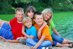 Glückliche Kinder durch den See Lizenzfreie Stockbilder