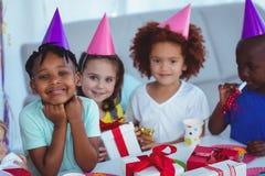 Glückliche Kinder an einer Geburtstagsfeier Stockfotografie