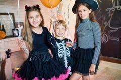 Glückliche Kinder an Halloween-Partei Lizenzfreie Stockfotos