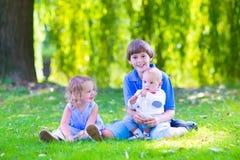 Glückliche Kinder im Garten Stockbild