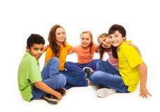 Glückliche Kinder im Halbrund Lizenzfreie Stockfotos