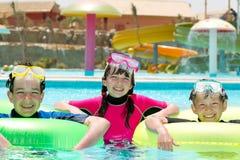 Glückliche Kinder im Pool stockbild