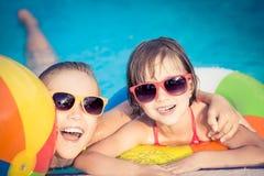 Glückliche Kinder im Swimmingpool Lizenzfreie Stockfotos