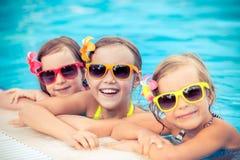 Glückliche Kinder im Swimmingpool Lizenzfreies Stockfoto