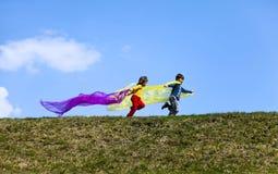 Glückliche Kinder laufen frei Stockfotos