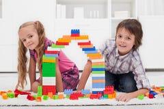 Glückliche Kinder mit Blöcken Lizenzfreies Stockfoto