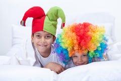 Glückliche Kinder mit Clownhut und -haar lizenzfreies stockfoto