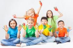 Glückliche Kinder mit dem gemalten Handlächeln Lizenzfreie Stockbilder