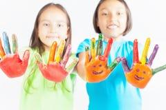 Glückliche Kinder mit den gemalten Händen Der Tag der internationale Kinder Lizenzfreie Stockfotografie