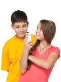 Glückliche Kinder mit einem Handy Stockfoto