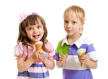 Glückliche Kinder mit Eiscreme im Studio Stockbilder