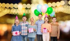 Glückliche Kinder mit Geschenken an der Geburtstagsfeier lizenzfreie stockfotos