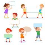Glückliche Kinder mit Papierkarten und Fahnen Karikaturkinder, die leere Zeichen halten Karikatur polar mit Herzen stock abbildung