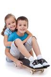 Glückliche Kinder mit Skateboard Lizenzfreie Stockfotos