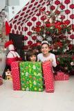 Glückliche Kinder mit Weihnachtsgeschenken Stockfotos