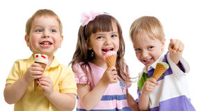 Glückliche Kinder- oder Kindergruppe mit der Eiscreme lokalisiert Lizenzfreie Stockfotos