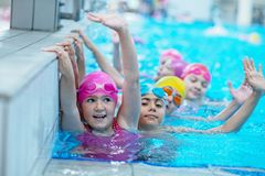 Glückliche Kinder am Swimmingpool Junge und erfolgreiche Schwimmerhaltung lizenzfreie stockfotos