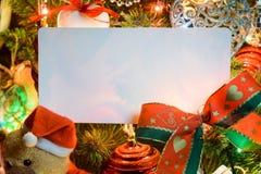 Glückliche Kinder tanzen in einen Kreis um Schneemann am Weihnachtsabend Lizenzfreie Stockfotografie