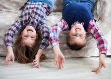 Glückliche Kinder umgedreht auf dem Sofa Lizenzfreie Stockfotos