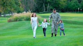 Glückliche Kinder und ihre Eltern, die Spaß im Sommerpark haben stock footage