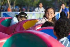 Glückliche Kinder am Vergnügungspark Stockfotos
