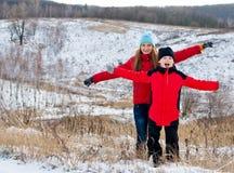 Glückliche Kinder zusammen draußen im Winter. Stockbilder