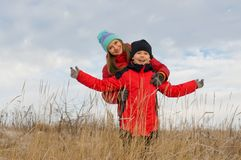 Glückliche Kinder zusammen draußen im Winter. Lizenzfreie Stockbilder