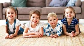 Glückliche Kinderfreunde zu Hause stockfoto