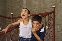 Glückliche Kinderjungen, die in der Straße in Giseh, Ägypten spielen lizenzfreies stockfoto