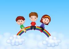 Glückliche Kinderkarikatur, die auf Regenbogen sitzt Lizenzfreie Stockbilder