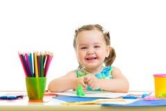 Glückliche Kinderzeichnung und Herstellung durch Hände Stockfoto