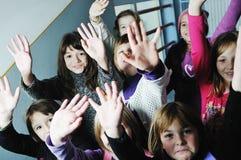 Glückliche Kindgruppe in der Schule stockbild