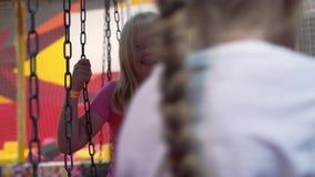 Glückliche Kindheit eines modernen Kindes in der Stadt - das Mädchen, das Spaß in einem Vergnügungspark hat stock video footage