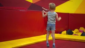 Glückliche Kindheit eines modernen Kindes in der Stadt - der Junge, der Spaß in einem Vergnügungspark hat stock video