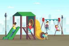 Glückliche Kindheit Kinder, die auf Spielplatz spielen Bereich am allgemeinen Park lizenzfreie abbildung