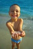 Glückliche Kindholdingquallen in den Händen Lizenzfreie Stockfotografie